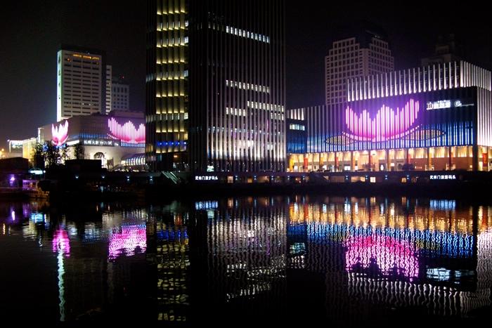 Pantallas cubriendo las fachadas de un centro comercial en China