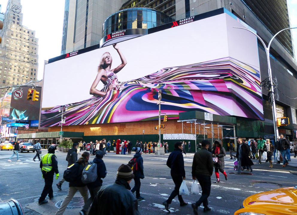Pantalla de 2.800 m2 cubriendo la fachada del hotel Marriot en Times Square.